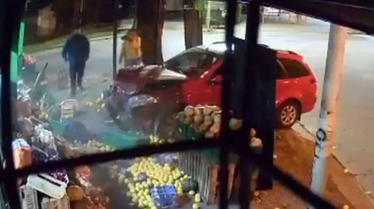 Accidente: un auto la chocó y salió caminando