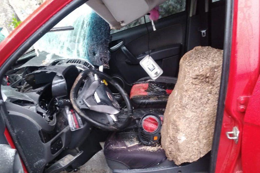 Fue un milagro: una roca cayó sobre un auto en El Fin del Mundo