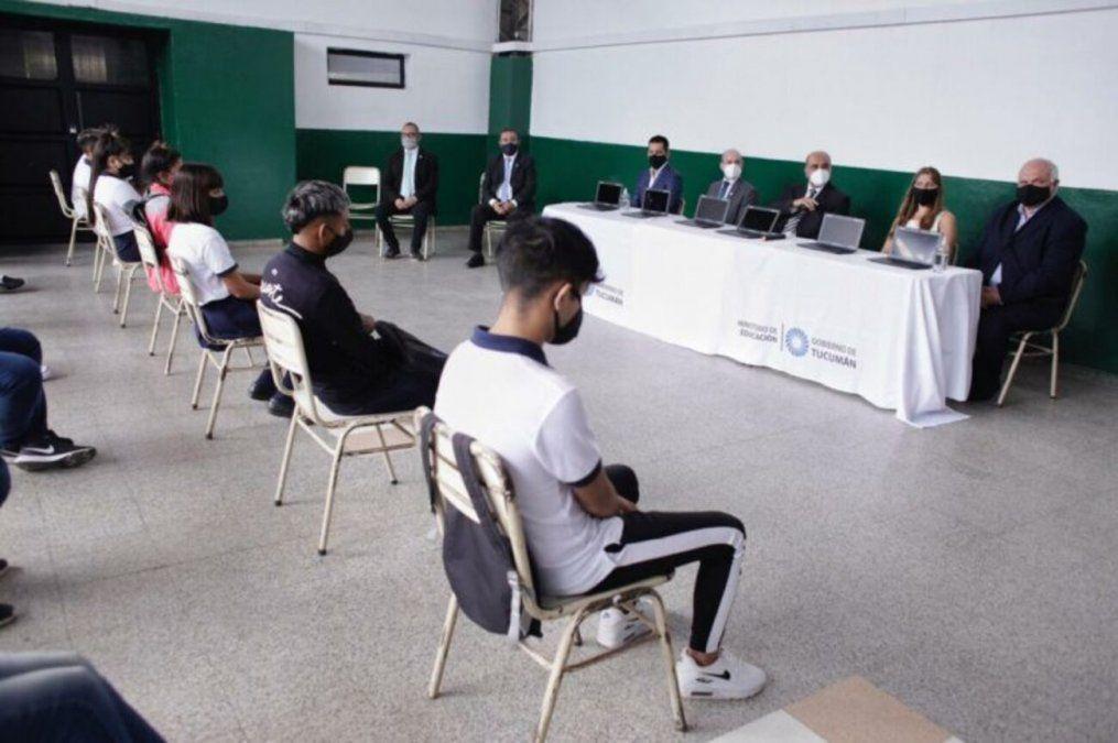 Estudiantes de la Escuela Media B° San Alberto recibieron netbooks de Nación.