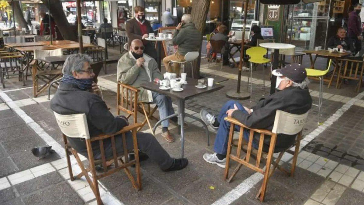 Bares y restaurantes funcionarán hasta las 22, reducidos