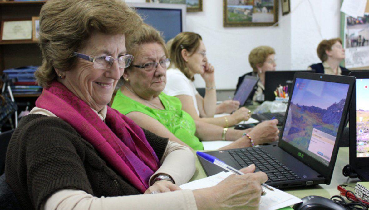Buscan digitalizar a los mayores con Corte y conexión.
