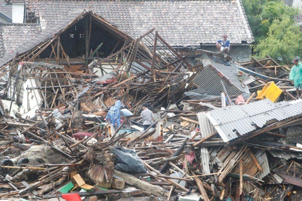 Indonesia: buscan sobrevivientes en medio del tsunami que dejó al menos 281 muertos
